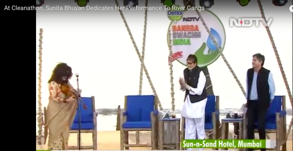 Amitabh Bachchan gives Sunita a standing ovation for her song on clean rivers at NDTV cleanathon
